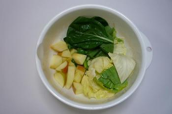 材料のキャベツ、小松菜、リンゴ.JPG